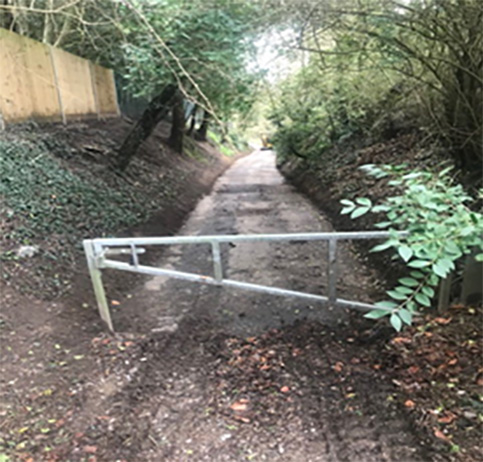 Path with a metal gate